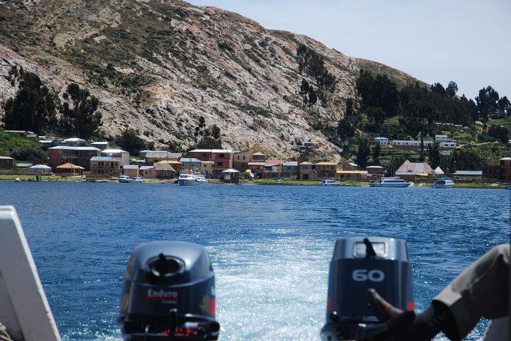Provisorische Boliviaanse boot met twee buitenboordmotors van/naar Isla del Sol