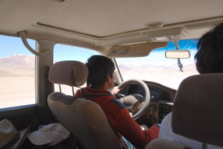 Onze jeep chauffeur in onze rammelende jeep