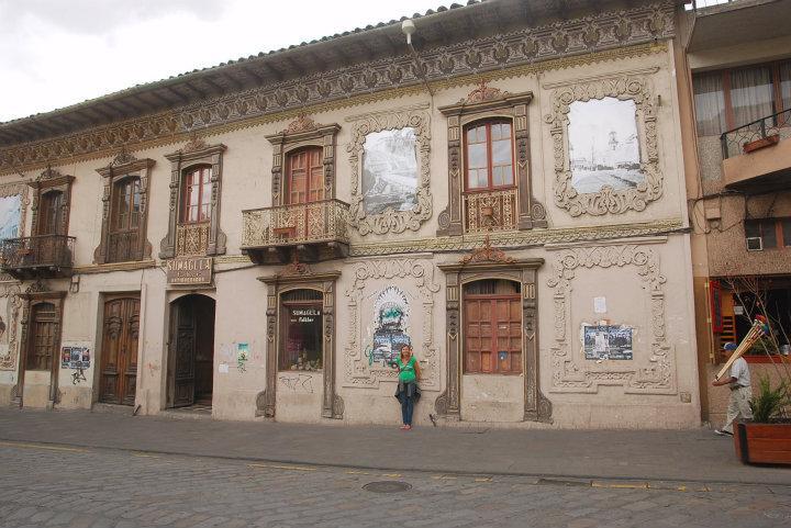 Anneke bij een oud gebouw in Cuenca