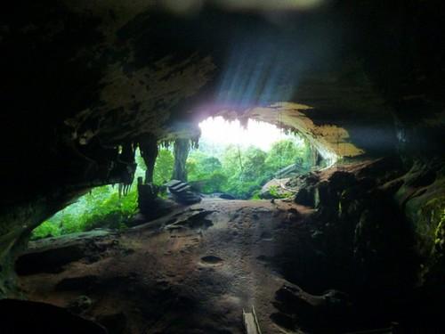 Vanuit het binnenste van de grot