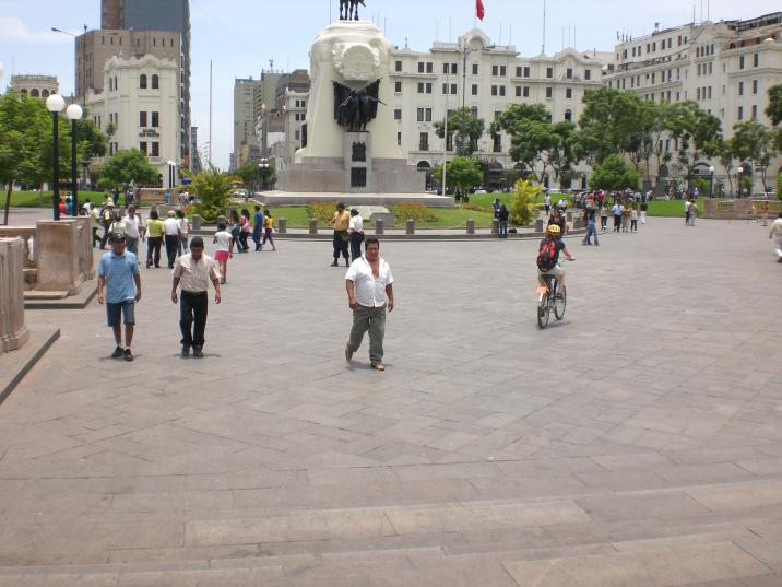 Plaza San Martin (Merja keskellä)