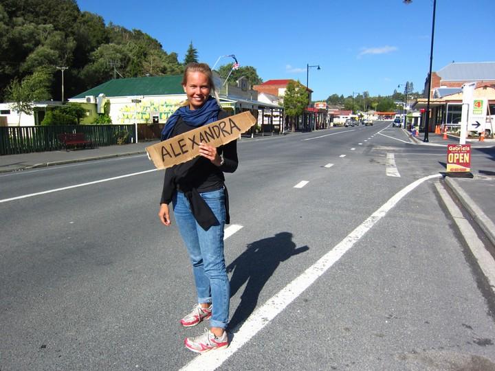 Ihana nainen asfaltilla
