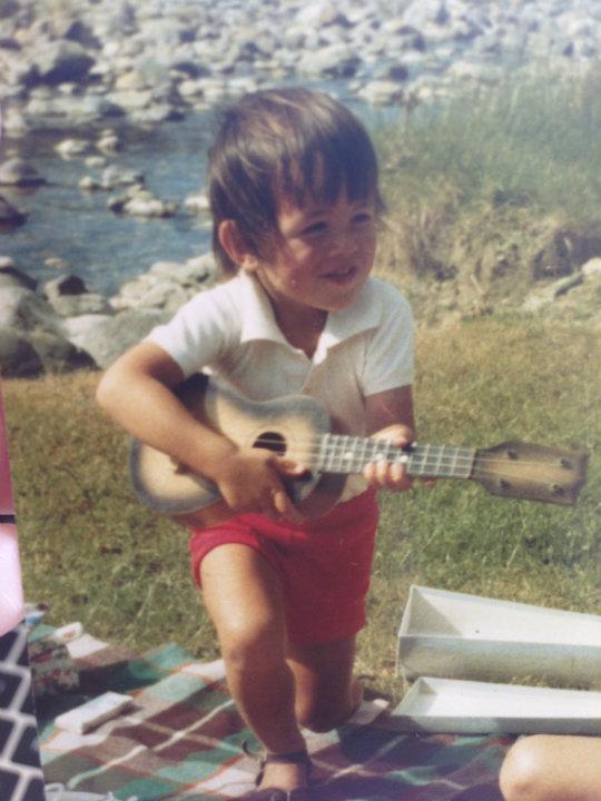 Dallas spiller gitar!