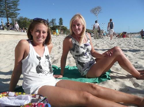 Pigerne er på stranden   Lykken & Moccalas rejse