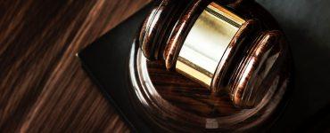 Martelo de juiz na mesa