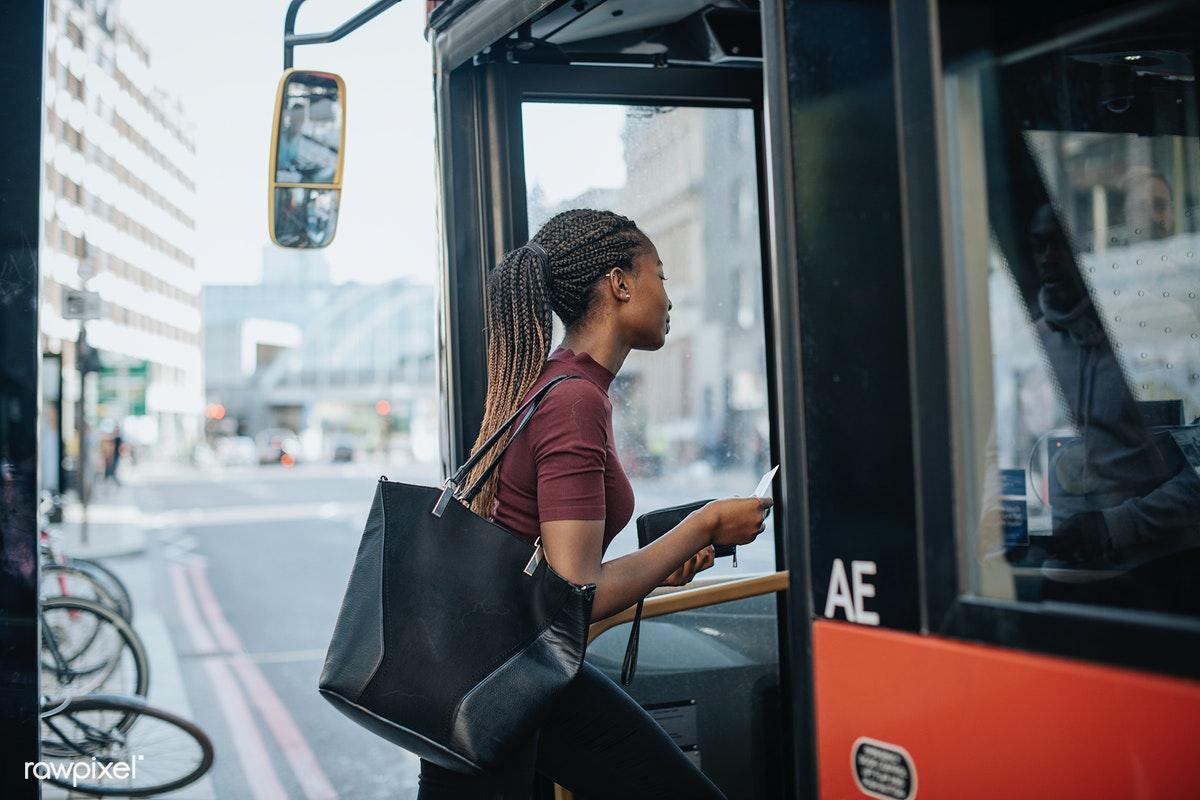funcionárias entrando no ônibus para ir ao local de trabalho