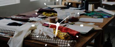 Mesa de trabalho do mercado de moda com relógio contabilizando banco de horas