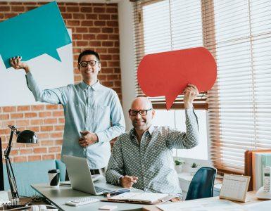 Dois homens em escritório comunicação interna