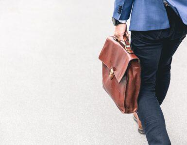 Homem com uma bolsa na mão após uma demissão