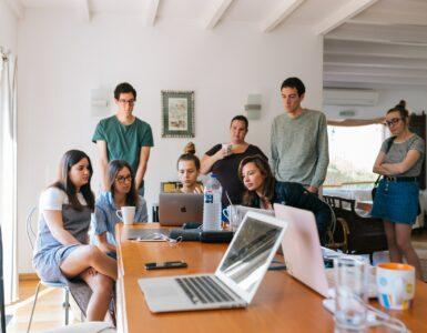 Grupo de pessoas tratando sobre questões relacionadas à metodologia disc