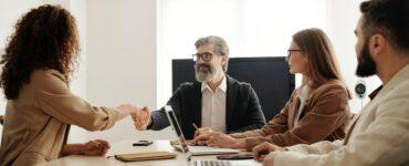 4 pessoas em uma mesa conversando sobre gestão de recursos humanos