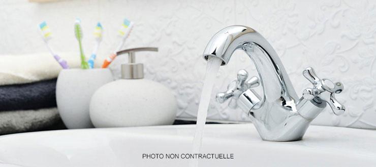Pose d'un robinet mélangeur lave-mains fourni par le client