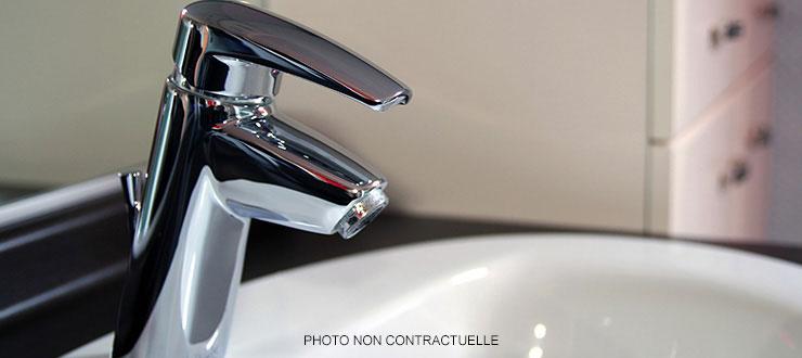 Pose d'un robinet mitigeur lave-main fourni par le client