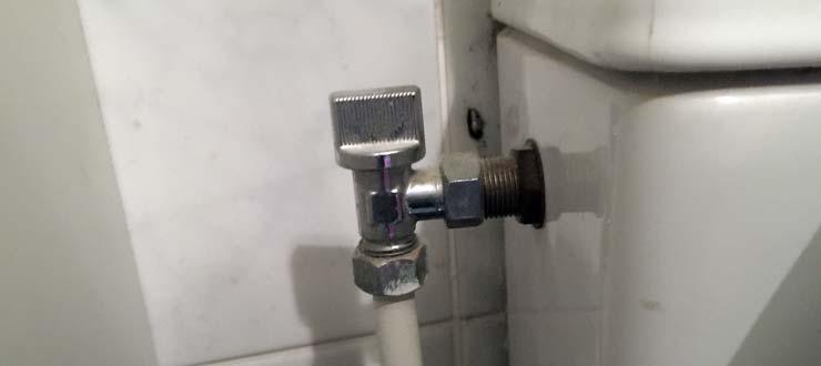 Réparation d'une fuite du robinet d'arrêt WC