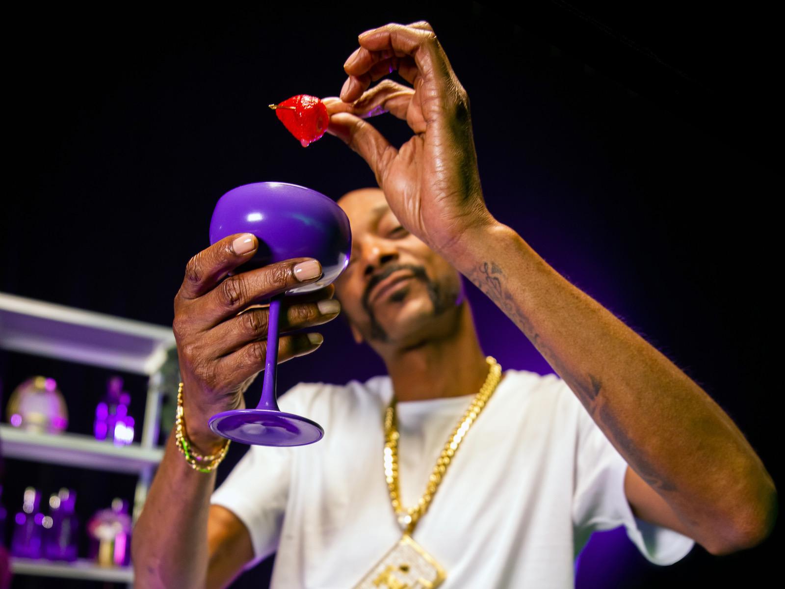 Snoop Dogg garnishing INDOGGO gin cocktail