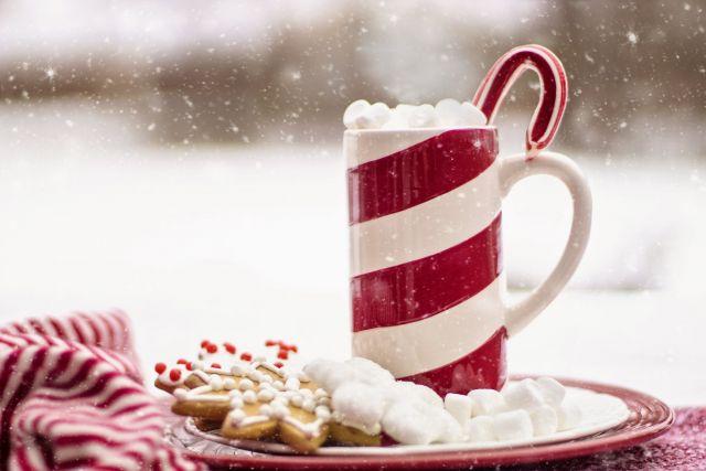 Warme chocomel met kerstkransjes