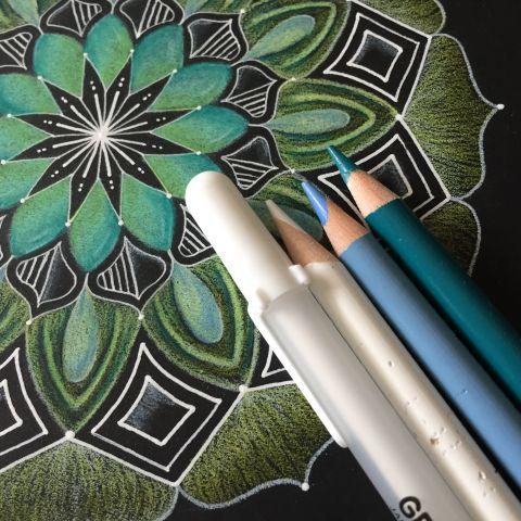 Mandala tekenen op zwart papier
