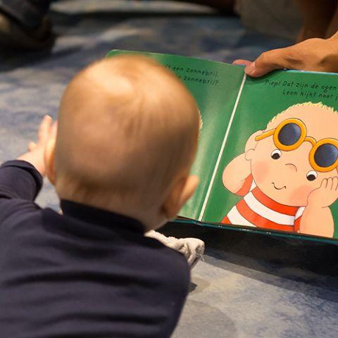 Babyvoorlezen: Zwemmen in de zee. Over de zomer
