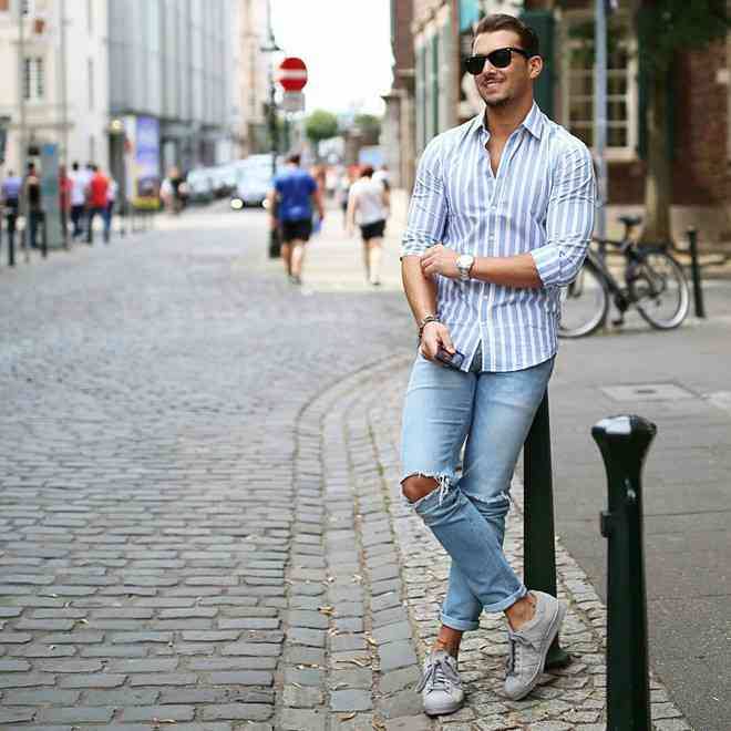 Phối giày thể thao nam với quần jean năng động. (Ảnh: Elle)
