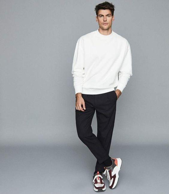 nam phối giày thể thao đen với quần đen