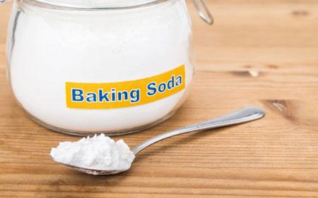 cách trị mụn đầu đen - Baking soda làm sạch bụi bẩn ẩn sâu dưới da. (Ảnh: suckhoe24gio.webflow.io)