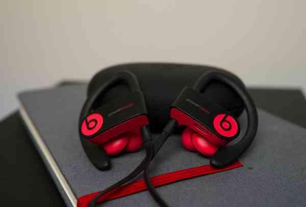 Tai nghe bluetooth thể thao Beats Powerbeats3 có pin sử dụng liên tục đến 12 tiếng đồng hồ. (Ảnh: lazada.vn)