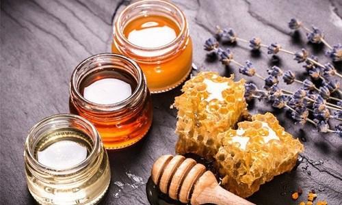Trị mụn đầu đen ở mũi bằng mật ong. (Ảnh: banbuonsieure.com)