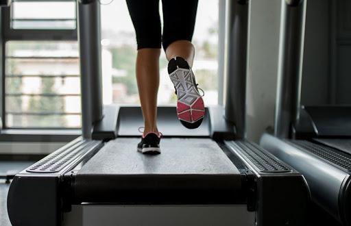 Chạy thử giày trên máy chạy bộ