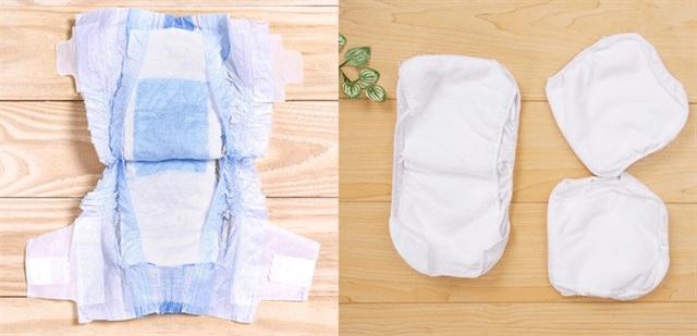 Bé sơ sinh nên dùng tã dán hay miếng lót?