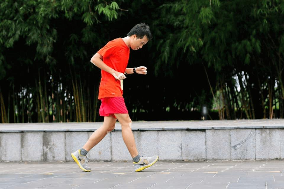 Một đôi giày nhẹ nhàng, hỗ trợ tốt cho vận động sẽ hợp với chạy bộ rèn luyện sức khỏe