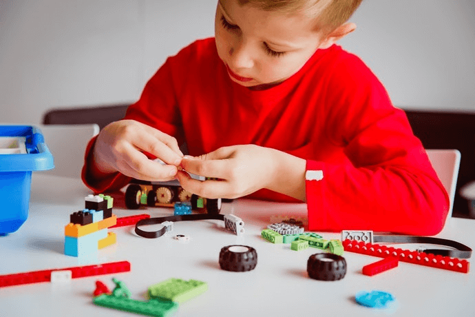 Nên lựa chọn loại đồ chơi giúp bé nâng cao sự khéo léo, phát triển tư duy