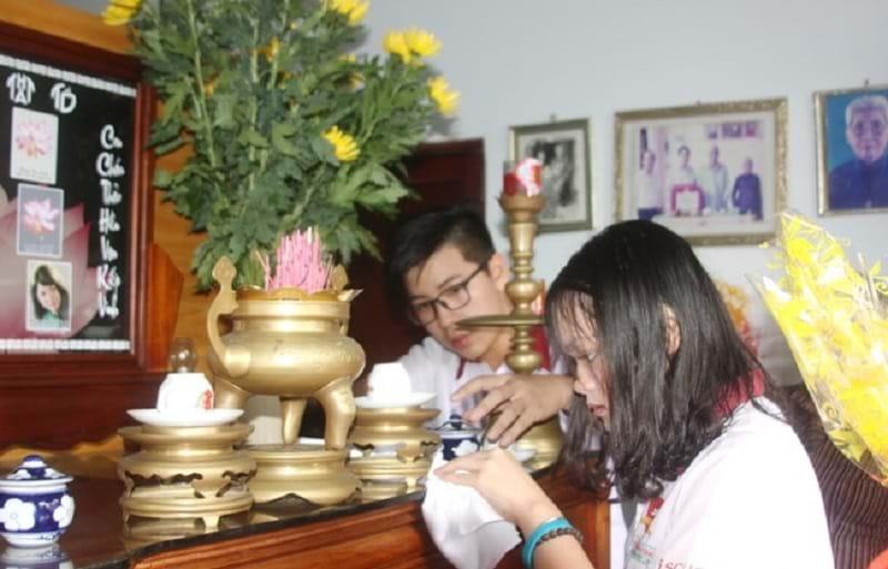 Lau dọn bàn thờ thật sạch sẽ, tinh tươm sẽ thể hiện lòng thành của Phật tử.
