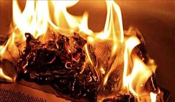 Mẹ và bé nên đi qua lửa hơ khi bước vào nhà để loại bỏ hơi lạnh từ bên ngoài