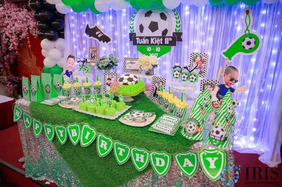 Bố mẹ có thể lựa chọn các phụ kiện trang trí thôi nôi hoặc sinh nhật cho bé theo chủ đề xe hơi, bóng đá,...