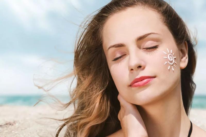 Kinh nghiệm làm trắng da đen bẩm sinh cơ bản nhất là sử dụng kem chống nắng để tránh tia cực tím tổn hại làn da.
