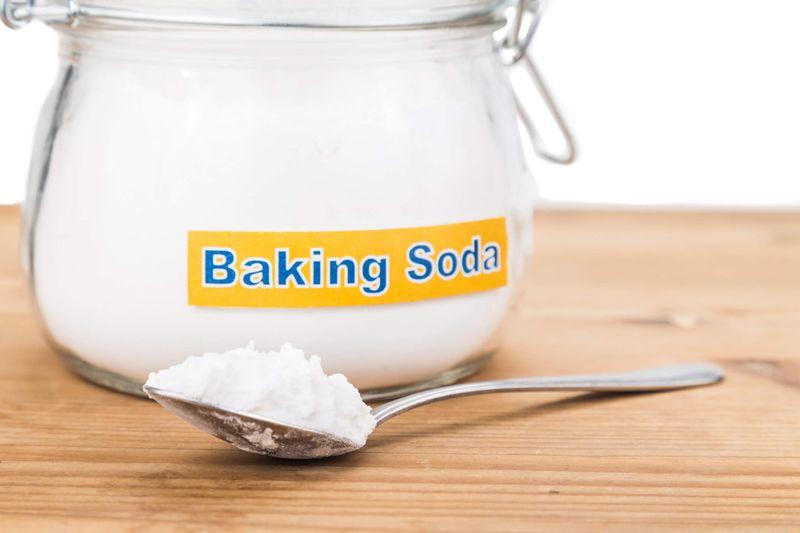 """Baking Soda là """"trợ thủ"""" đắc lực cho các bà nội trợ trong việc loại bỏ những vết bẩn bám trên quần áo trắng."""