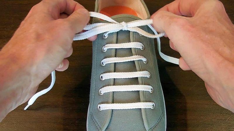 Cách xỏ dây giày kiểu song song đơn giản, dễ thực hiện