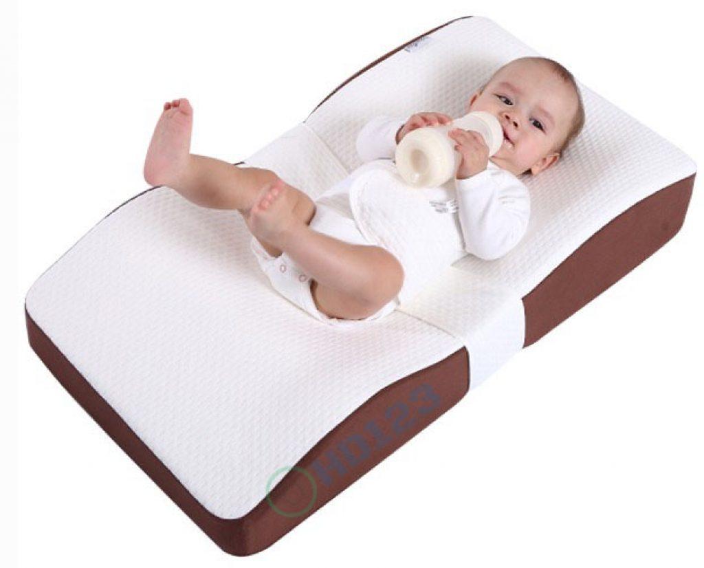 Có nên cho bé ngủ trên gối chống trào ngược hay không là vấn đề được rất nhiều người quan tâm.