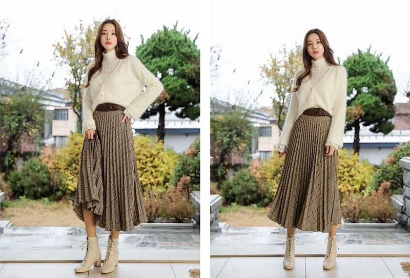 Mix cardigan len bên ngoài cùng chân váy xếp ly