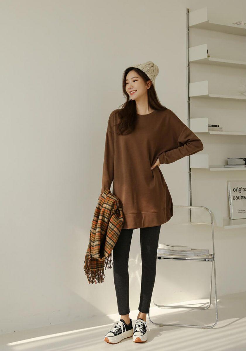 phối áo len dài với các kiểu quần legging vải da, cotton hay vải thun