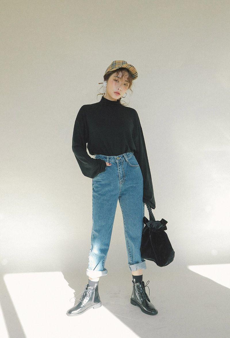 Áo len đen sơ vin kết hợp với quần jean xanh
