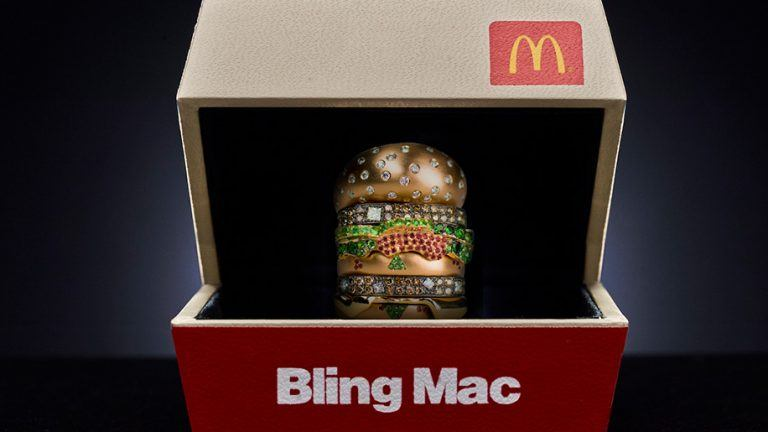 Big Mac-ring av 18 karat guld och safirer och diamanter.