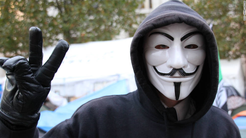 Man i Guy Fawkes-mask och luva.
