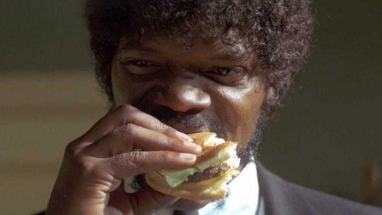 Samuel L Jackson äter hamburgare i Pulp Fiction.