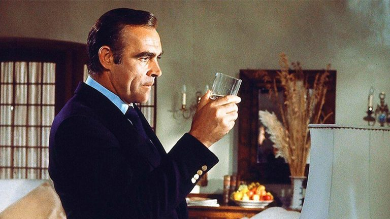 Sean Connery som James Bond med en whisky
