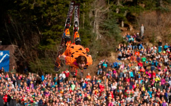 Picture: Fred Flinta gör backflip under Alyeska Slush Cup