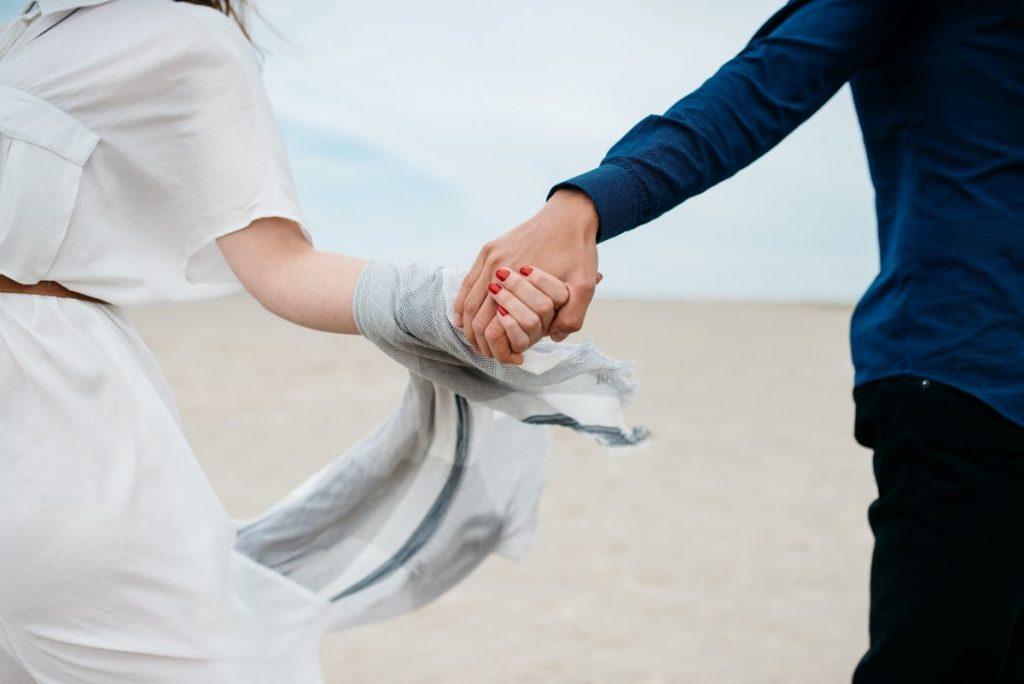 Casal que controla as contas com o Paguei cresce junto
