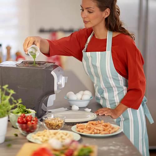 Versamento succo di spinaci dentro la Philips Pasta Maker Plus Hr2358/12