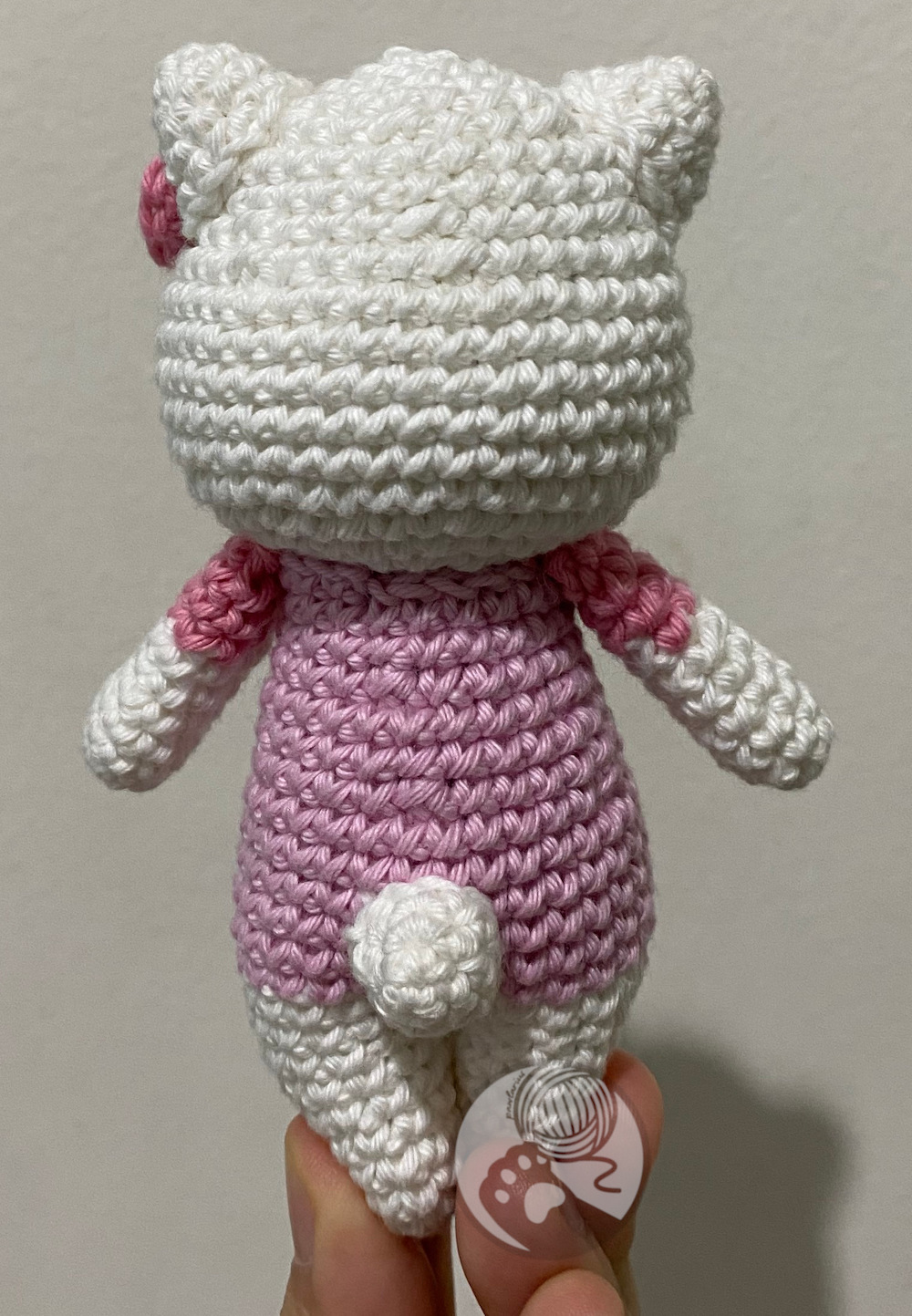 https://storage.googleapis.com/pawlarius-blog-assets/amigurumi/hello-kitty/back-position.jpg