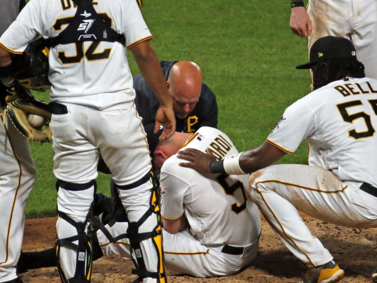 Pirates' Burdi collapses with arm injury after throwing pitch